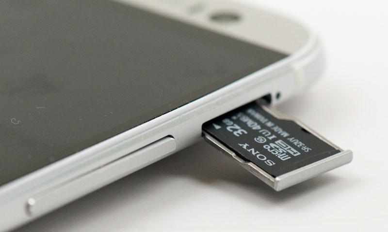 Как и куда вставить карту памяти в Айфон?